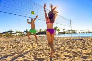 To personer, der spiller beachvolley på hotel La Palma Sport.