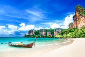 Smuk strand og krystalklart vand med longtailbåd i Krabi